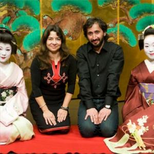 Ofelia de Pablo y Javier Zurita, con sus geishas