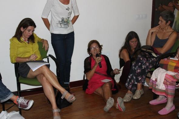 Una participante en la tertulia interpela a los invitados.